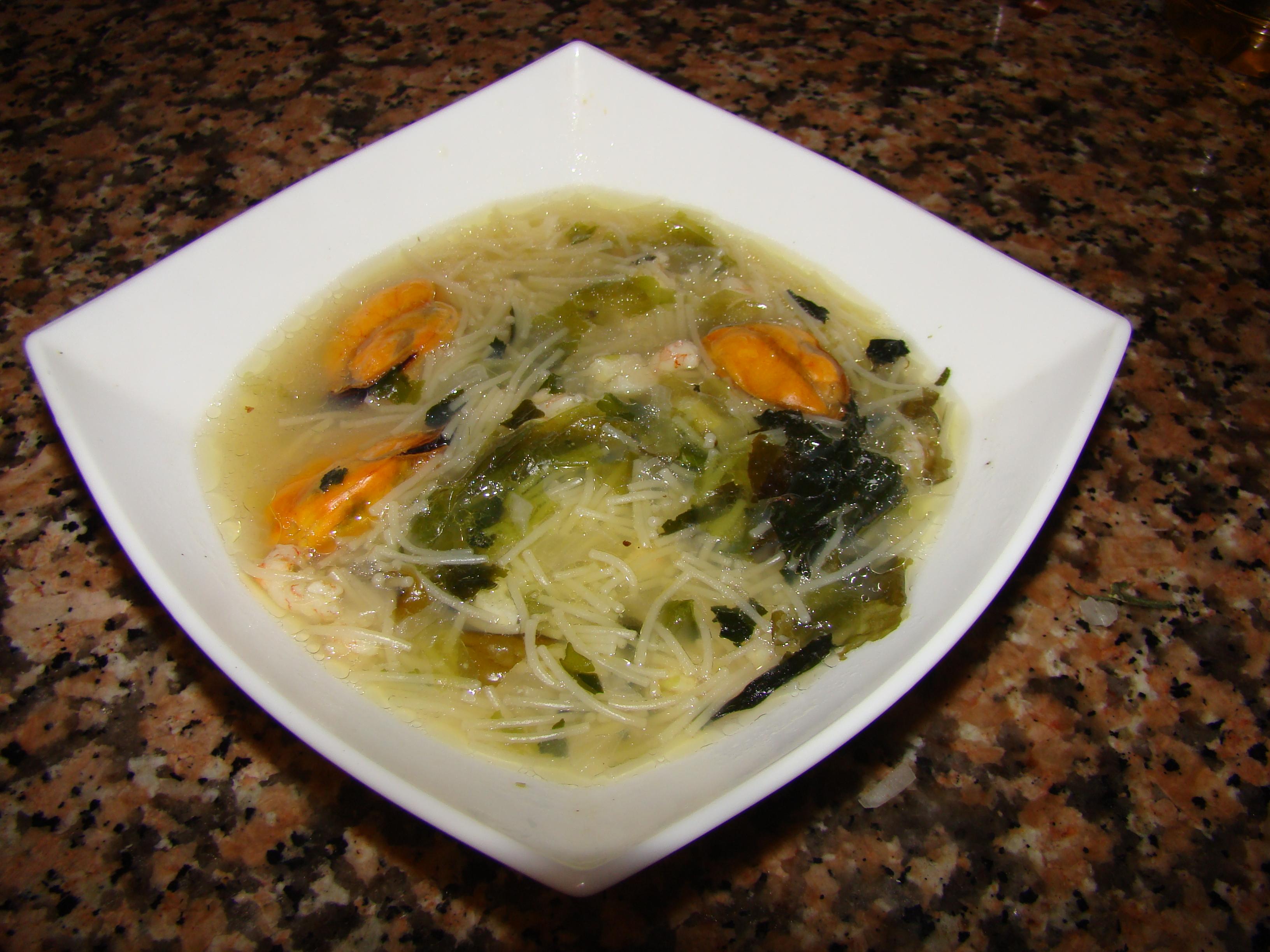 Sopa de mejillones, gambas y algas